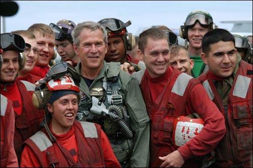 2003년 5월 1일 조지 부시 미국 대통령이 항공모함 에이브러햄 링컨호 선상에서 이라크 전쟁의 임무 완료를 선언한 뒤 병사들과 기념 촬영을 하고 있다. 2003년 5월 1일 조지 부시 미국 대통령이 항공모함 에이브러햄 링컨호 선상에서 이라크 전쟁의 임무 완료를 선언한 뒤 병사들과 기념 촬영을 하고 있다.
